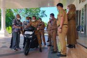 Basmin Mattayang Test Drive Motor Listrik Gesits Pertama di Luwu Raya
