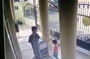 Curi Kotak Amal Masjid Sambil Bawa Anak, Netizen: Jangan Diapa-apain, Mungkin Dia Lapar