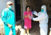 Pakai APD Lengkap, Lima Komunitas di Probolinggo Bagikan Daging Kurban ke Warga yang Isoman