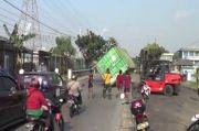 Kontainer Jatuh dari Truk Akibat Hindari Mobil Mogok di Pademangan