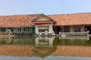 Banjir Rob Terjang Indramayu, Pelajar SD Terpaksa Belajar Dalam Genangan Air di Musala