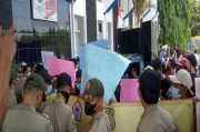 Desak Usut Utang Rp 11 Miliar RSUD Ryacudu, Massa Demo Kantor Bupati Lampung Utara