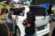 Lawan Arah dan Bunyikan Sirene, Ambulans Bodong Menuju Puncak Ditilang Polisi