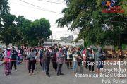 Antrean Penumpang Commuter Line di Stasiun Bekasi Padat