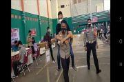 Kapolres Semarang Gendong Siswa Disabilitas yang Hendak Divaksin