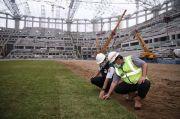 Anies Tinjau Pemasangan Rumput Hybrid di Jakarta International Stadium