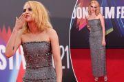 Kristen Stewart Tampil Berkilau dengan Gaun Strapless di Premier Film Spencer