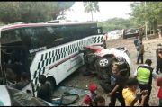 Rem Blong, Bus Berpenumpang 30 Orang Seruduk Mobil di Gerbang Tol Sentul Barat