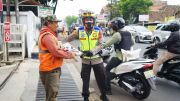Berkeliling Pakai Motor, Kapolres Cimahi Tebar Bantuan Beras ke Kaum Duafa