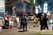 Sekelompok Pria Baku Pukul dengan Tangan Kosong di Blok M