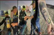 Sebelum Pamitan, Valentino Rossi Goreskan Tanda Tangan di Tangan Penggemar
