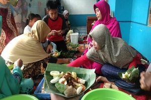 Warga Pekalongan Gelar Makan Lontong Lodeh dan Lotisan Bersama