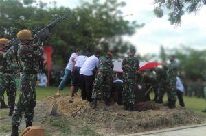 Isak Tangis Warnai Pemakaman Anggota TNI AD yang Gugur di Kongo