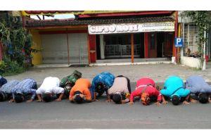 Hasil Swab Negatif, Warga Godean Sujud Syukur di Pintu Masuk Dusun