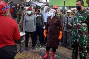 Sisir Warga Tak Bermasker, Risma Blusukan di Pasar Keputran