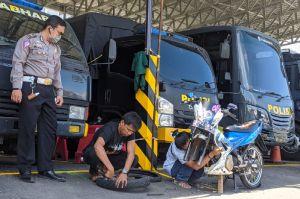 Tilang Ratusan Pelanggar, Polresta Mojokerto Jadi Bengkel Dadakan