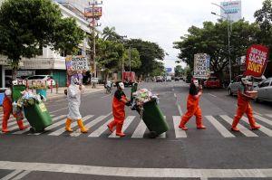 Ecoton Tuntut Wings Surya Bersihkan Sampah Sachet di Kali Surabaya