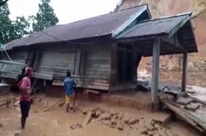 Diguyur Hujan, Bukit di Mempawah Longsor Terjang Rumah Warga