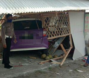 Tiba-tiba Nabrak Warung, Pengemudi Mobil di Blitar Diduga Halusinasi
