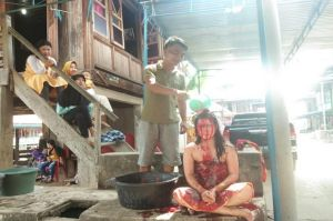 Gadis di Muratara Ini Rela Mandi Darah Kerbau demi Tradisi Keluarga