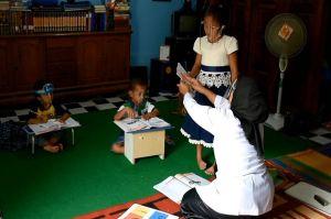 Belajar Daring Dinilai Tak Berhasil, Guru SD Ini Datangi Rumah Siswa