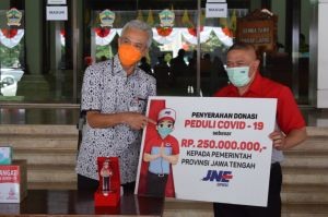 Peduli COVID-19, JNE Serahkan Donasi Rp250 Juta kepada Gubernur Jateng