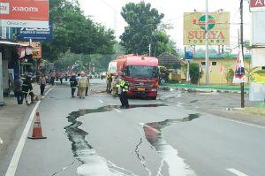 Dihantam Truk, Mobil Tangki Pengangkut BBM Bocor
