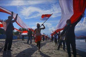 Dijahit Sendiri, Pemuda Papua Bentangkan Bendera Merah Putih Sepanjang 2 Km