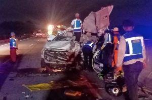 Innova Tabrak Truk Tronton di Jalan Tol Sumo, 3 Orang Tewas