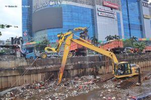62,3 Ton Sampah Banjir Diangkut dari Kali BKB dekat Season City