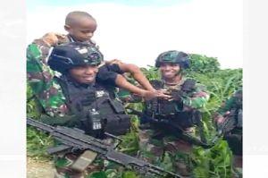 Bocah Asli Papua Ini Menangis Tak Mau Ditinggal Prajurit Yonif 413/Kostrad