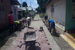 Giliran Tuladenggi Diperindah dengan Membangun Jalan Paving Block