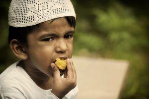Pentingnya Mengajarkan Adab Makan Kepada Anak