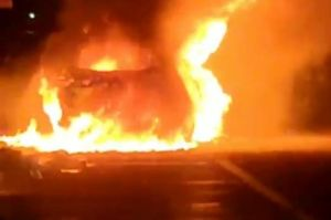 Mesin Terlalu Panas, Minibus Wuling Terbakar Hebat di Tol Gempan