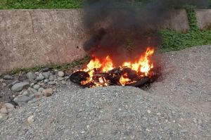 Gagal Rampas Ponsel, Motor Pelaku Jambret Dibakar Massa