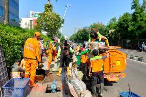 Cegah Banjir, Pemkot Jakbar Bersihkan Saluran Air di Depan MNC Studio