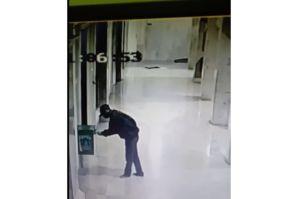 Pencuri Dua Kotak Amal Masjid Terekam CCTV