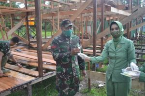 Dukung Prokes, Ketua Persit KCK Cabang XLI Kodim 1015 Bagikan Masker