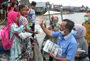 Seberangi Laut, Kadisdik Batubara Bagikan Buku Bacaan untuk Pelajar