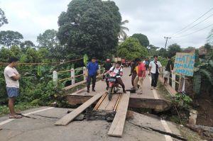 Jembatan Penghubung 2 Kabupaten Ambles, Diduga Akibat Galian Jargas