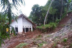 Hujan Deras Guyur Sukabumi, 6 Rumah Warga dan 1 Musala Terkena Longsor