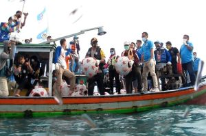 KNPI Babel Tenggelamkan 92 Terumbu Virus Corona ke Dasar Laut