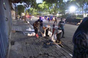 Tak Ingin Kota Surabaya Dirusak saat Demonstransi, Risma Bersihkan Batu di Jalan