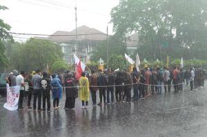 Aksi Damai, Massa GNP Tolak UU Cipta Kerja di Pertigaan UIN Yogyakarta
