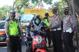Operasi Zebra Rinjani, Kirain Mau Ditilang Tak Tahunya Dapat Hadiah Helm dan Masker