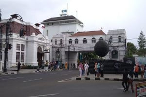 Pemkot Bandung Tutup Alun-alun, Wisatawan Padati Jalan Asia Afrika