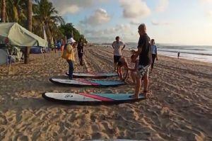 Berkah Libur Panjang, Pelatih Surfing dan Ojek di Kuta Bali Raup Rezeki