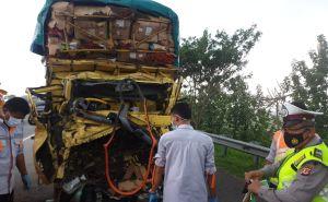 Truk Pengangkut Cabai Seruduk Fuso, Korban Tergencet Bodi Kendaraan Ringsek