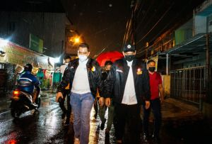 Di Bawah Guyuran Hujan, Bobby Ajak Warga Gunakan Hak Pilih