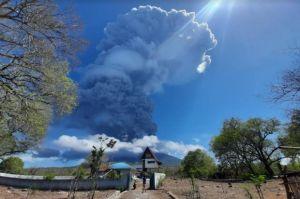 Gunung Ili Lewotolok Meletus, Hujan Abu Guyur Bandara Wunopito Lewoleba
